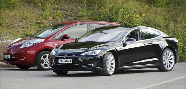 640px-Nissan_Leaf_and_Tesla_Model_S_in_Norway_cropped